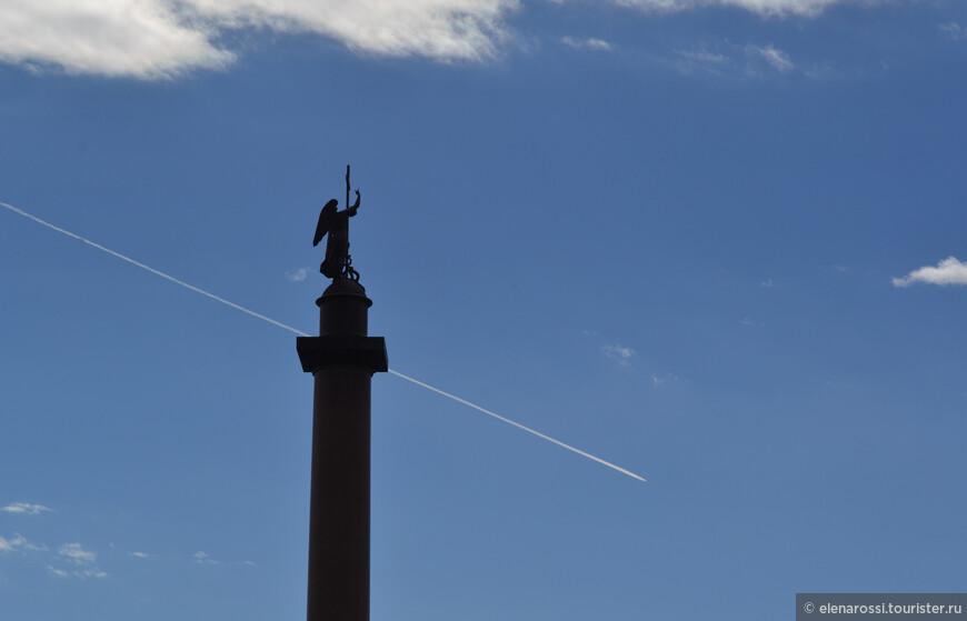 """Удивительное творение Огюста  Монферрана.  Александровская колонна -  чудо технической мысли (ведь она держится только под тяжестью собственного веса)!  В народе ее  вслед за Пушкиным стали  называть  Александрийский столп. После того, как колонна была воздвигнута в 1836 году, Дворцовая площадь получила свое завершение. Ах, как по-петербургски четко самолет  """"зачеркивает"""" высь, однако, на самом деле, """"облачает эту высь"""", проявляя глубину бездонной голубизны!"""