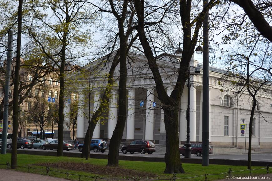 И снова классицизм Джакомо Кваренги! Монументальное здание было выстроено  в 1804−1807 годах  для зимней и летней выучки, а также парадных конных выездок Лейб-гвардии Конного полка. Сегодня это известный выставочный зал - не пройдите мимо! Здесь бывают очень интересные выставки.
