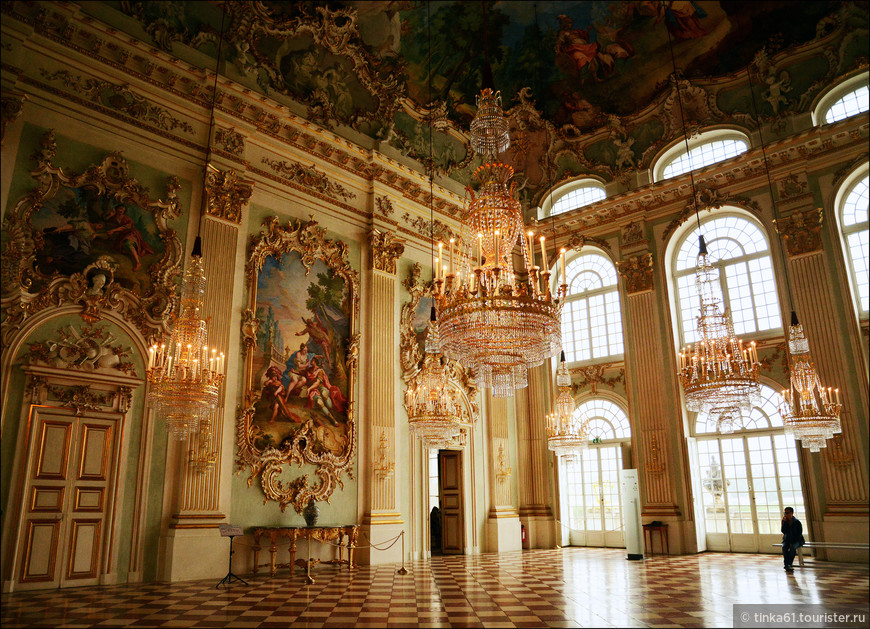 Большой  каменный зал в стиле рококо - самое роскошное помещение во дворце.