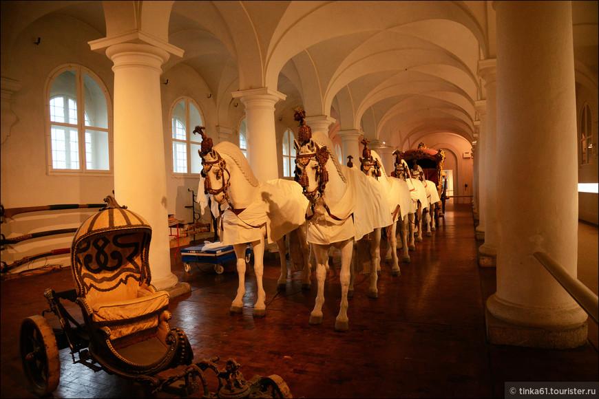 Музей Маршталь в южном крыле замка показывает в помещениях бывших придворных конюшен коллекцию роскошных экипажей, саней, сбрую и сёдла, которые напоминают о блестящих временах династии Виттельсбахов.