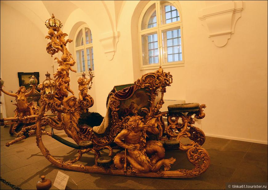Очень понравилась коллекция королевских саней и салазок.