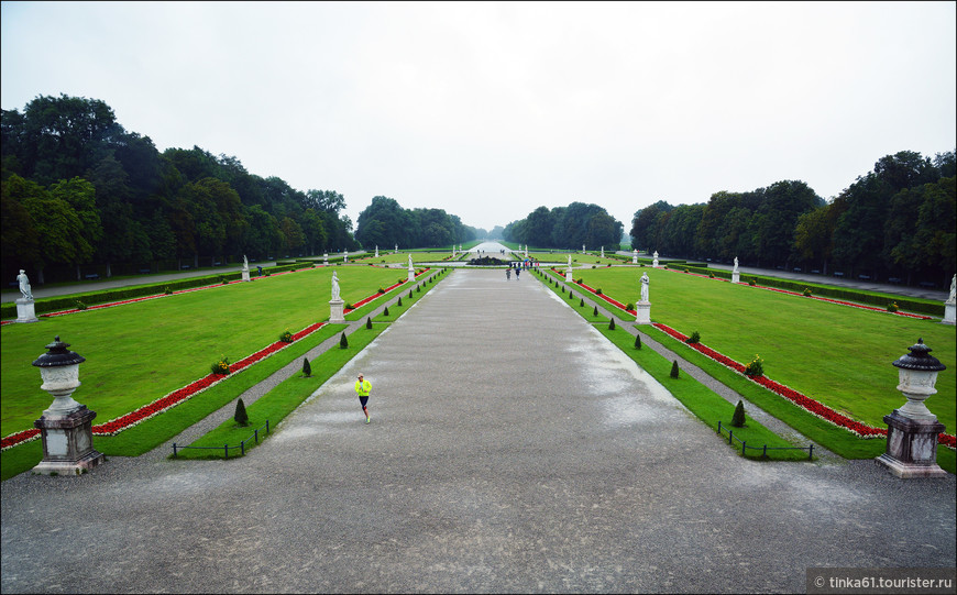 Большой партер парка, украшенный статуями античных богов. К сожалению из-за дождя моя прогулка по парку получилась скомканной, и многого я не  увидела.