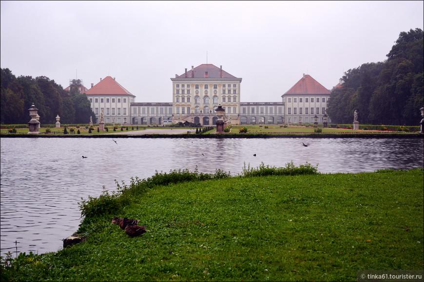 Летняя резиденция баварских правителей смотрится очень красиво еще и за счёт воды. Вода здесь повсюду - каналы, озёра, водоёмы.