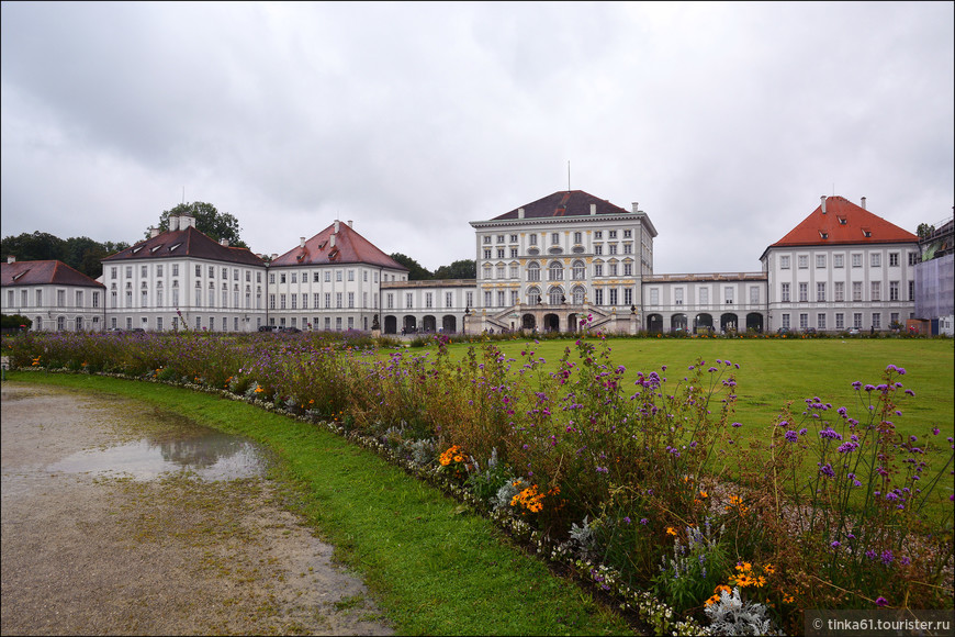 Позже дворец расширили за счёт пристройки к нему боковых флигелей и павильонов.
