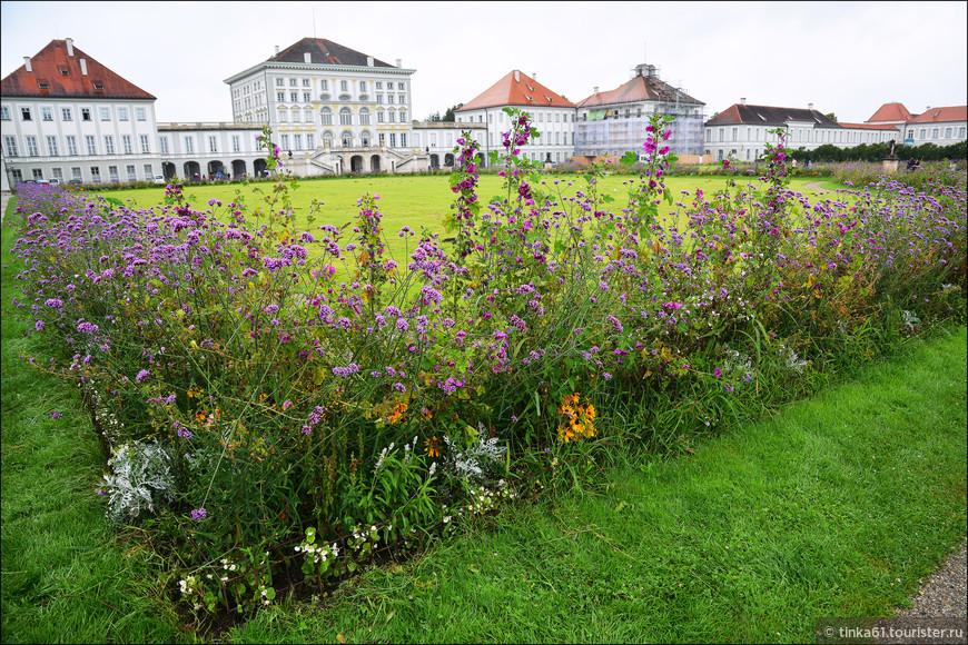 Парк красиво украшен полевыми цветами.