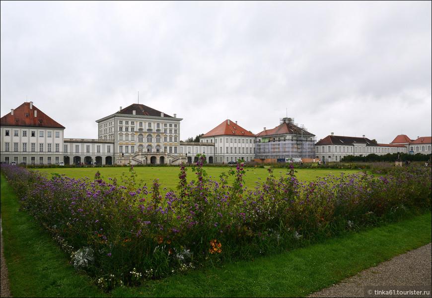 Нимфенбург возводили пять поколений Виттельсбахов на протяжении 200 лет. История строительства начинается при курфюрсте Фердинанде Марии, который приказал построить итальянскую виллу в дар жене за рождение ею наследника престола.