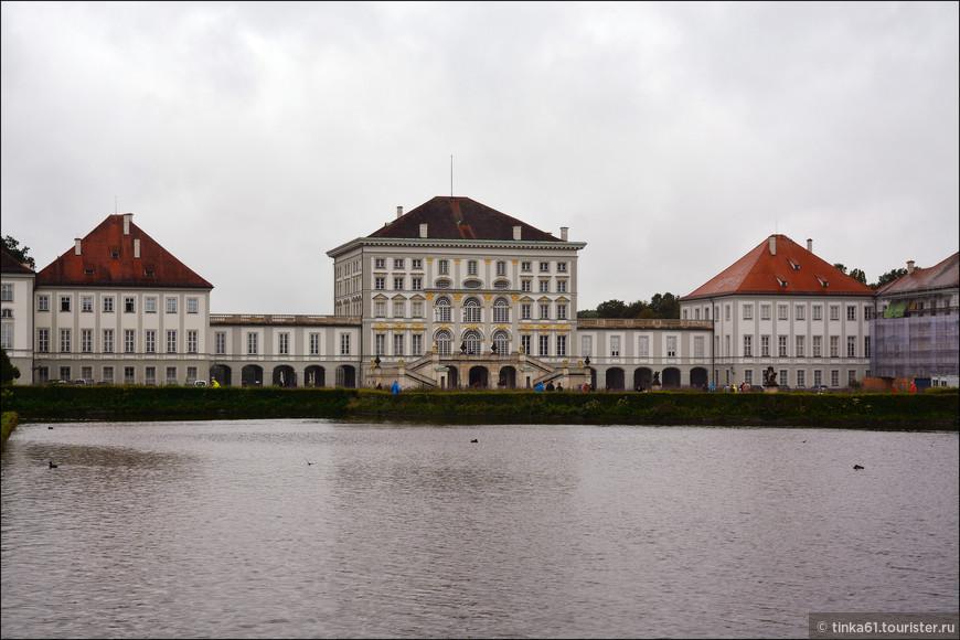 Центральный дворец комплекса со стороны парадного входа.