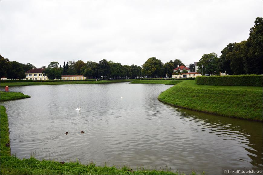 Посреди парка идет продолжение канала, вдоль которого вытянулись осевые пешеходные дорожки; от них в живописный лес  уходят многочисленные ответвления.