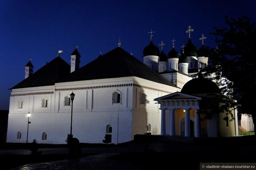 Троицкий собор и Кирилловская часовня.