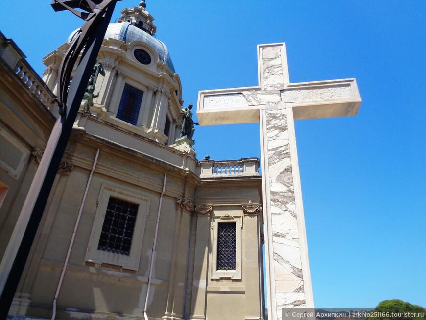 На этом месте ранее был древнегреческий некрополь, а затем в 5 веке появился первый собор