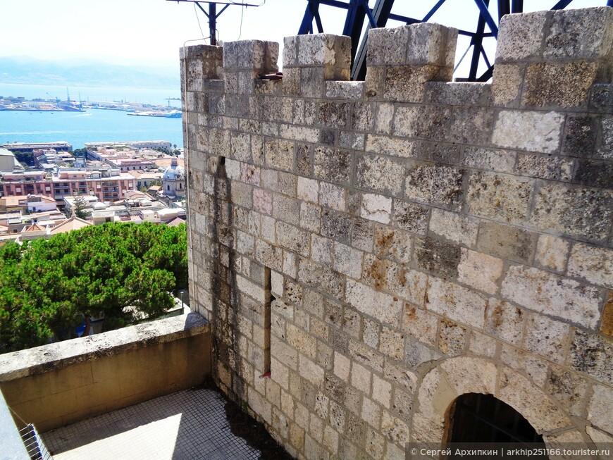 Поднимаясь к собору встретим средневековые башни 13 века