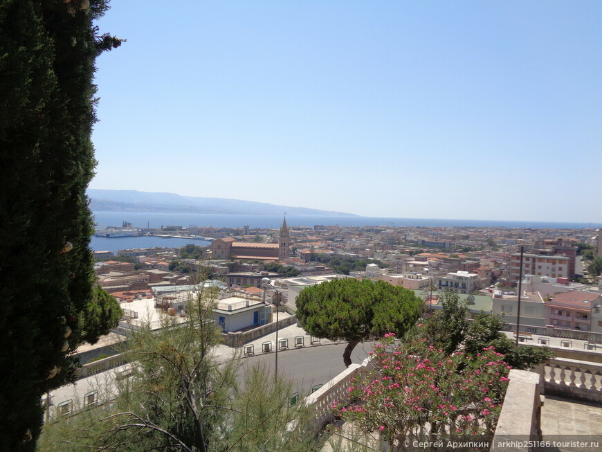 От собора открываются самые лучшие виды на Мессину и ее залив и даже видна континентальная Италия