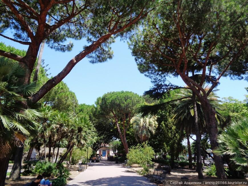 Заходим в муниципальный парк, который называется Вилла Мазини