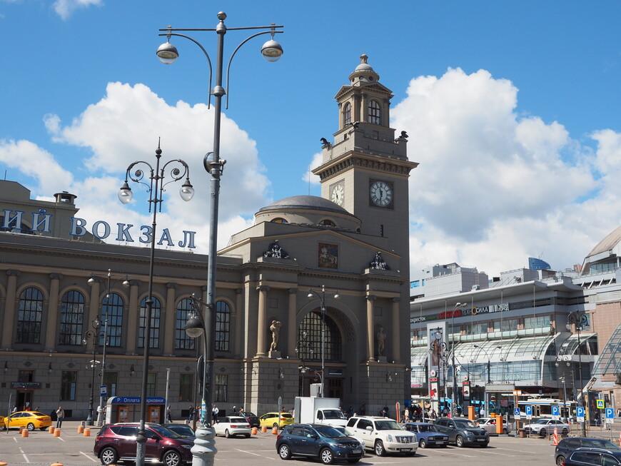Правый портал вокзала с Часовой башней. До революции здесь предполагалось устроить вход для пассажиров 1 и 2 класса. Вход в вокзал выполнен в виде арки, как символа победы.