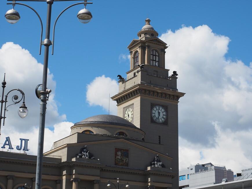 Часовая башня с орлами в честь победы над Наполеоном.