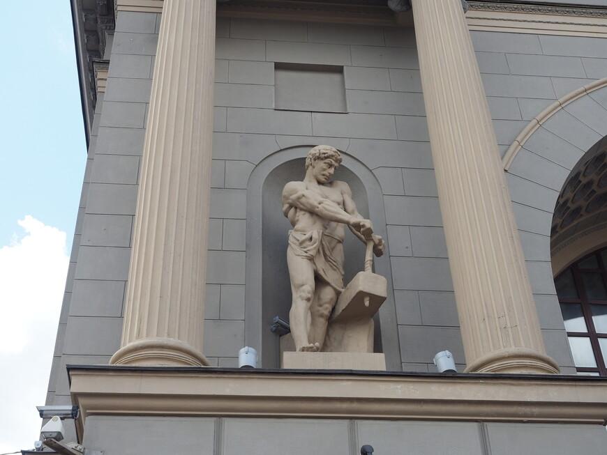 Фигура шахтера на левом портале Киевского вокзала. Автор скульптуры С.С. Алешин. В соответствии с первоначальным замыслом предполагалась установка атлантов. Но в связи с революцией пришлось менять стилистику скульптур.