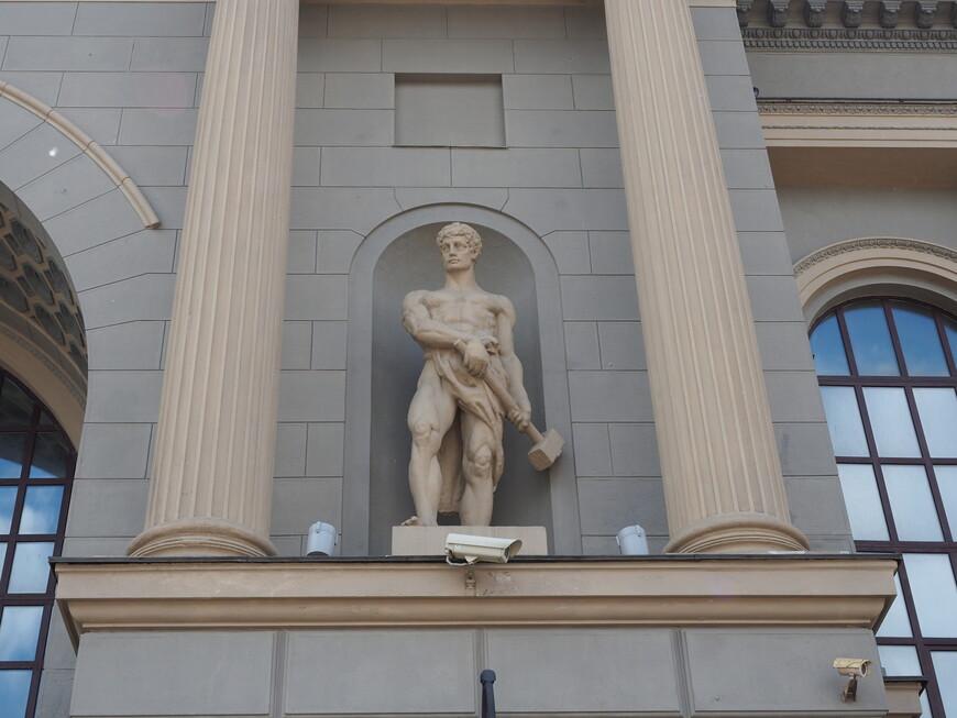 Фигура кузнеца на левом портале Киевского вокзала. Автор скульптуры С.С. Алешин.