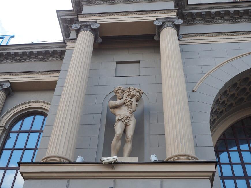 Фигура труженика села  на правом портале Киевского вокзала. Автор скульптуры С.С. Алешин.