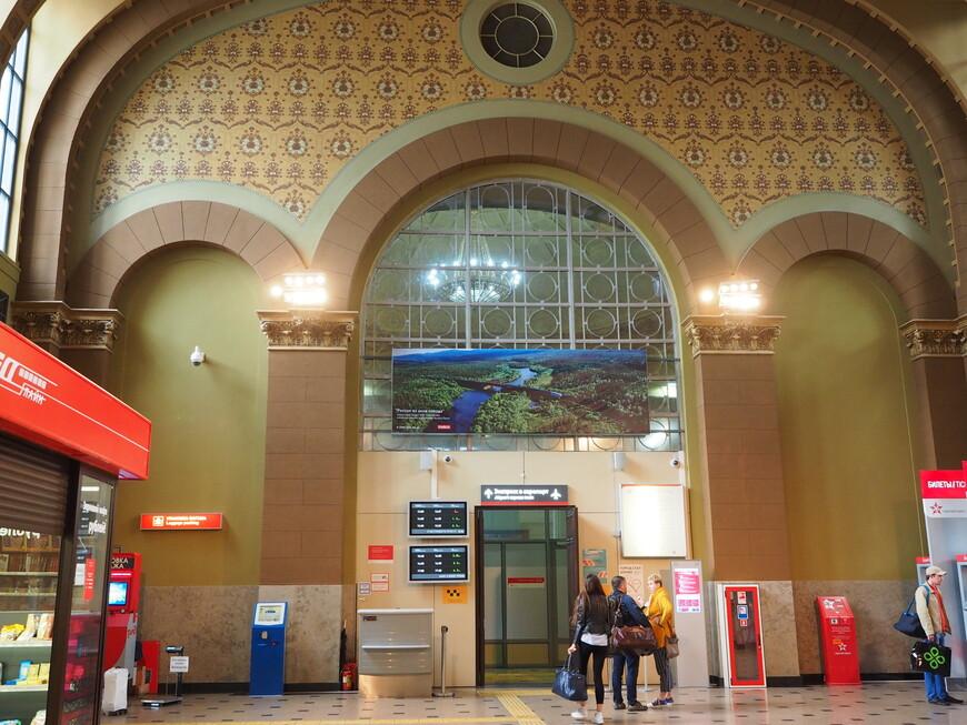 Бывший зал ожидания для пассажиров 1 и 2 класса. Все строго и просто, выполнено в пастельных тонах.