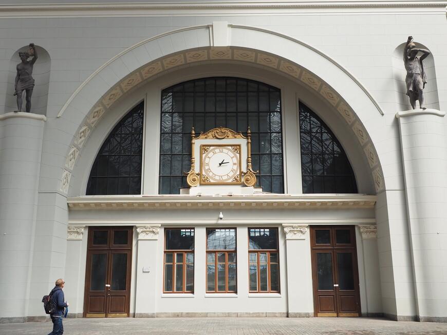 На месте часов была скульптура Ленина. Борьба с памятниками продолжается. Часы полностью новодельные, якобы сделанные по проекту Шухова. Но ни первоначальных часов, ни чертежей не сохранилось, там был свой этап борьбы с памятниками.