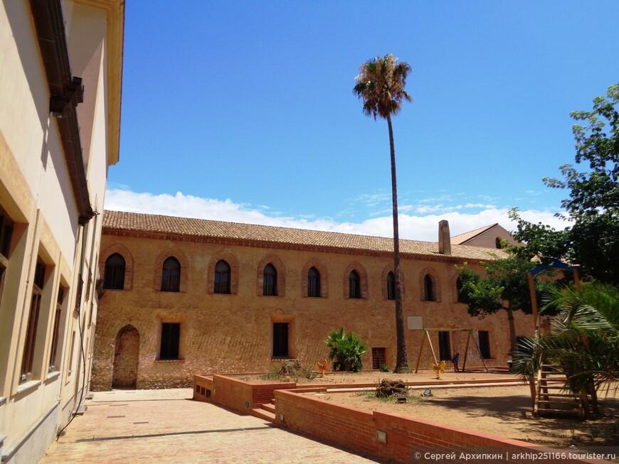 Здесь здание бывшего монастыря