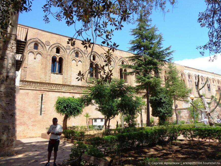 Здесь же стены бывшего монастыря, который примыкает к собору