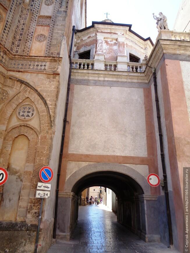 Позади Кафедрального собора