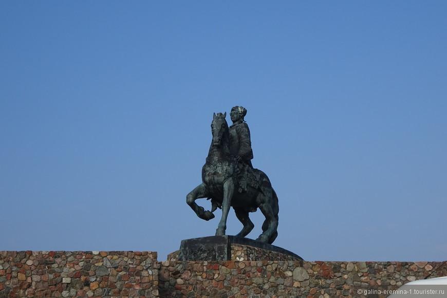 Балтийск, самая западная точка России, памятник императрице Елизавете Петровне,  установленного в ознаменование побед русской армии во время ее правления.  Она как бы встречает все корабли, заходящие в Калининградский залив