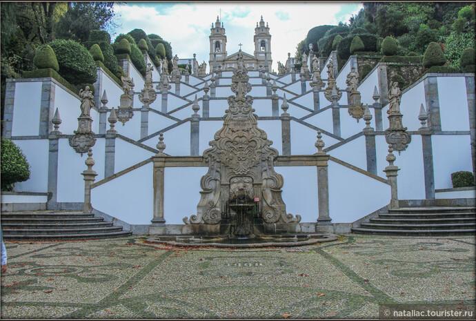 Жемчужина Святой горы – грандиозная лестница с перекрещивающимися белоснежными маршами. Она поднимается на 116 метров и делится на три больших пролёта: Лестницу у портика, Лестницу пяти чувств и Лестницу трёх добродетелей.