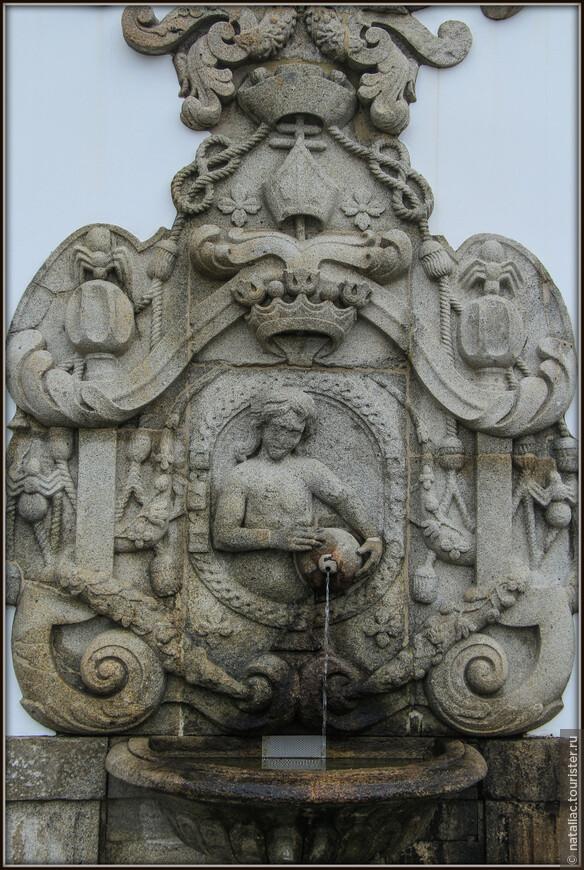 Второй пролёт содержит пять лестничных площадок с фонтанами, украшенными аллегорическими фигурами пяти чувств: зрения, слуха, обоняния, осязания и вкуса.