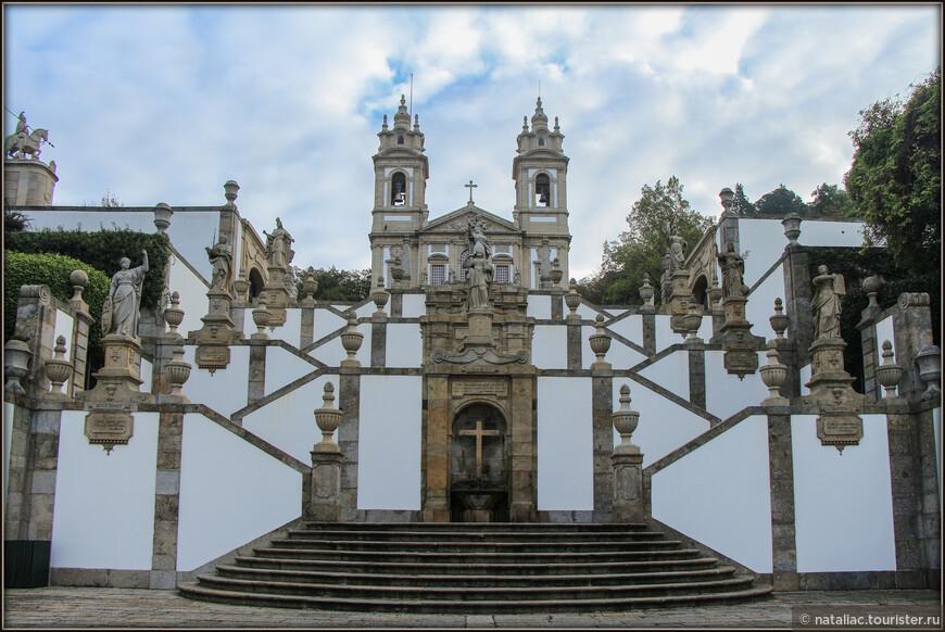 По тому же принципу в 1837 году построена третья лестница; фонтаны на ней посвящены трём добродетелям: Вере, Надежде и Любви.