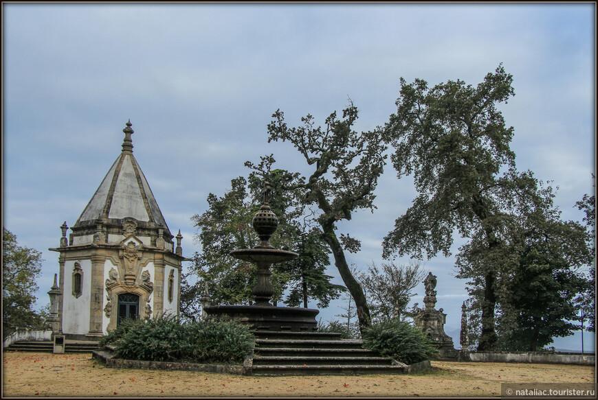 Поодаль от церкви, если идти влево от нее, находится круглая площадка с фонтаном в центре и четырьмя часовеньками.