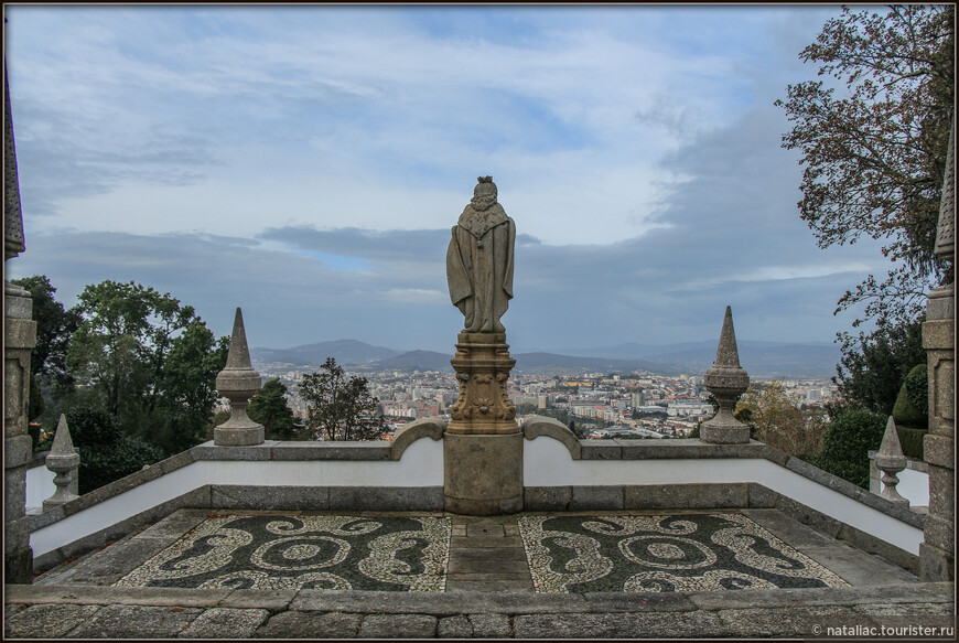 Лестница, насчитывающая 581 ступень, заканчивается на площади Terreiro de Moisés, украшенной статуей святого Лонгина и фонтаном с пеликаном.