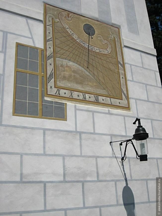 """Сразу за Плащевым мостом нас встречает ренессансное здание, которое было возведено здесь в 1570 г. стены которого расписаны """"под кладку"""", а на стене, смотрящей на город - солнечные часы."""