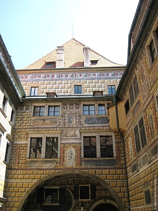 Третий и четвертый дворы Крумловского замка расположены внутри, как каменные колодцы, украшенные, великолепной росписью на мифологические темы.