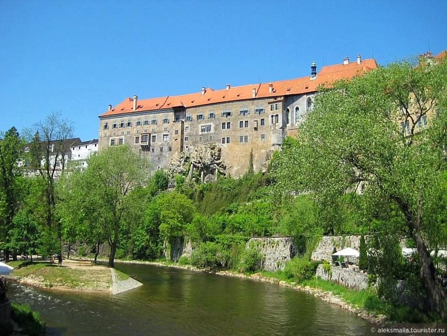 Основной достопримечательностью и центром старого города является Замок Чески-Крумлов (Крумловский замок), построенный в середине XIII века по традиционным средневековым канонам на берегу реки Влтавы. Ее изгиб с трех сторон максимально защищает стены замка. Он является вторым по величине замковым комплексом в Чехии, после Пражского Града, а главное, что здесь сохранились уникальные настенные фрески в первозданном виде.