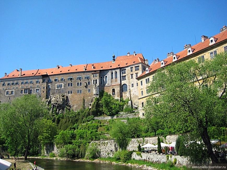 Монументальный комплекс замка возвышается на продолговатом скалистом мысу. В целом, замок включает в себя 40 зданий и дворцовых сооружений, сосредоточенных вокруг пяти внутренних дворов и садов.