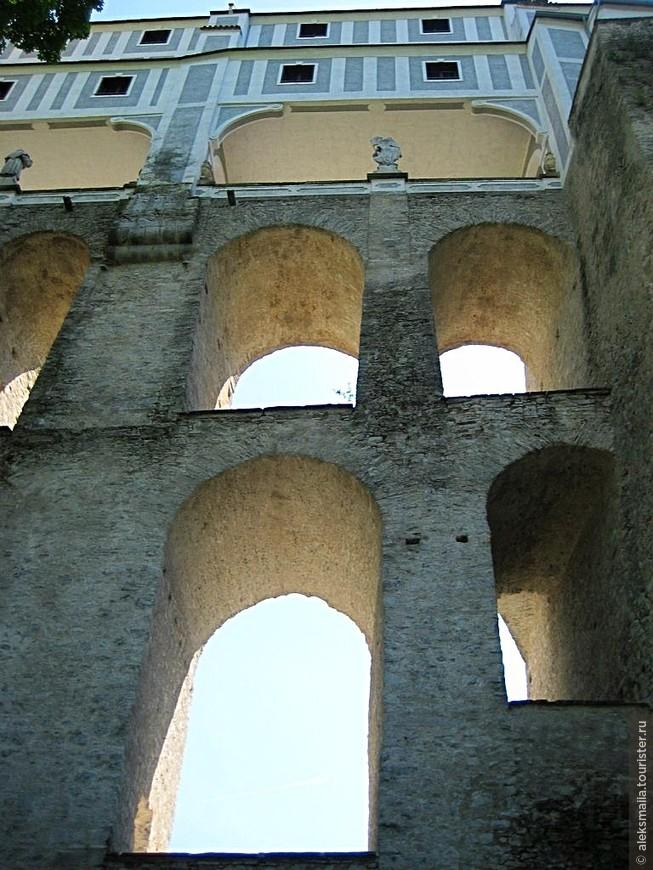Одно из самых впечатляющих замковых строений - Плащевой мост, входящий в архитектурный комплекс замка и соединяющий четвертый и пятый дворы.