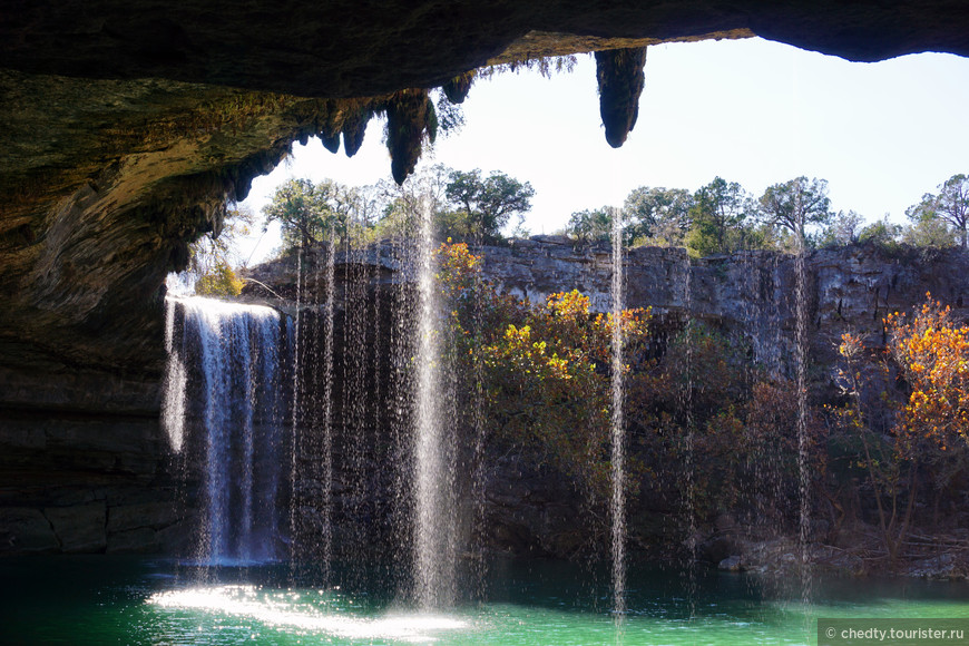 Веселый круглый водопад.