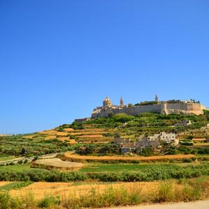 Мы подъезжаем к красавице Мдине. Одним из самых загадочных городов Мальты является древняя столица этого острова город Мдина. Арабы называли ее Медина, а греки — Мелита. Сейчас сами мальтийцы называют это место «Молчаливым городом».