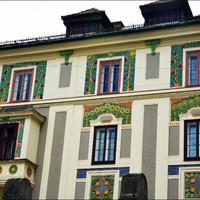 Фасад этого здания украшает великолепный растительный орнамент.