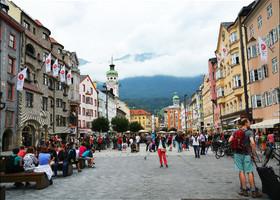 В 2009 году северную часть улицы Марии-Терезии закрыли для автомобильного транспорта, и всю её вымостили серым гранитом, оснастили удобными деревянными скамейками и украсили фигурными фонарями.