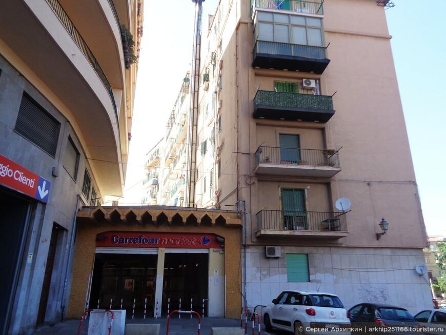 В центре Палермо - вход в большой супермаркет