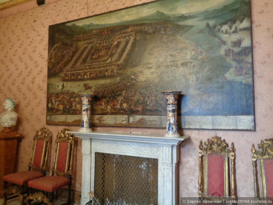 Внутри обстановка 18-19 века, хотя сам палаццо был построен в средневековье в 13 веке
