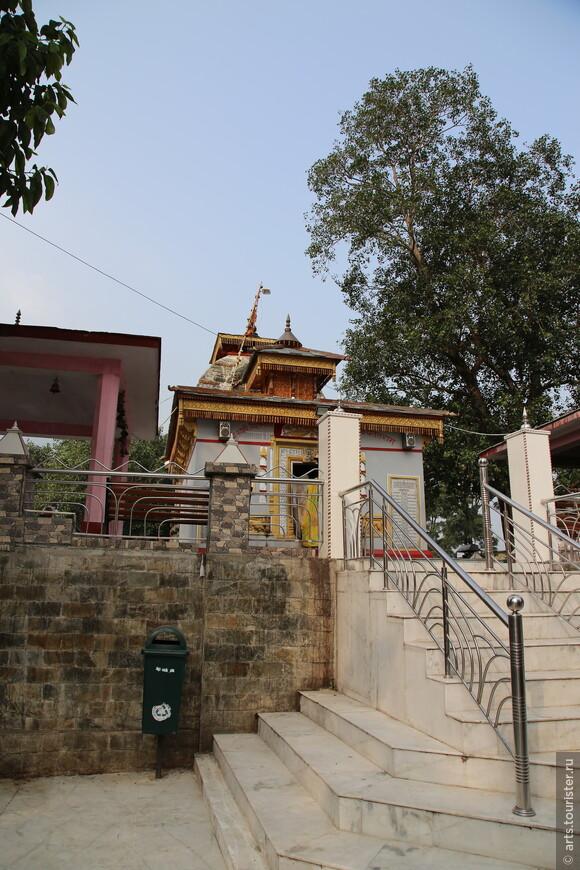 Пожалуй единственное интересное место в Уттаркаши - Храм Каши Вишванатха в котором хранится огромный оригинальный трезубец Шивы