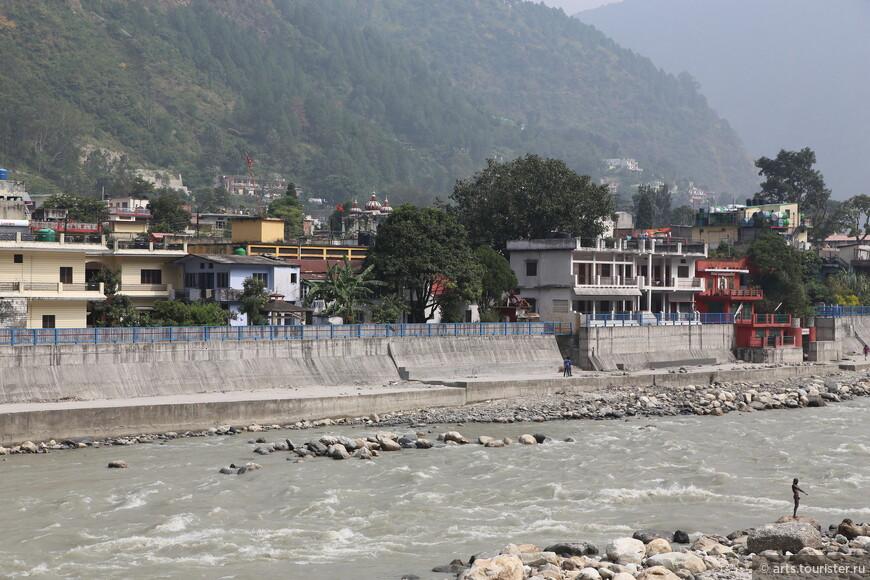 Река Бхагиратхи. Купаться очень не безопасно, поскольку в любой момент могут открыть плотину и уровень воды резко поднимется на несколько метров