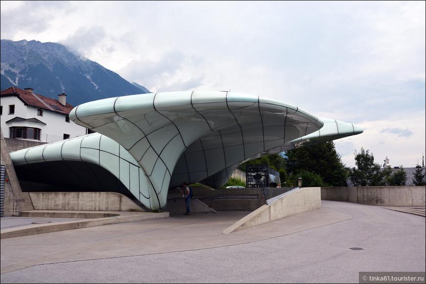 Станция канатной дороги Хунгенбург. По задумке архитектора плавные органические формы и подобные льду поверхности  конструкций создают образ пейзажей Альп зимой.