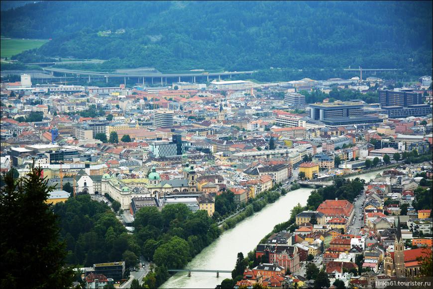 Здесь просматривается  река Инн и Хофбург.