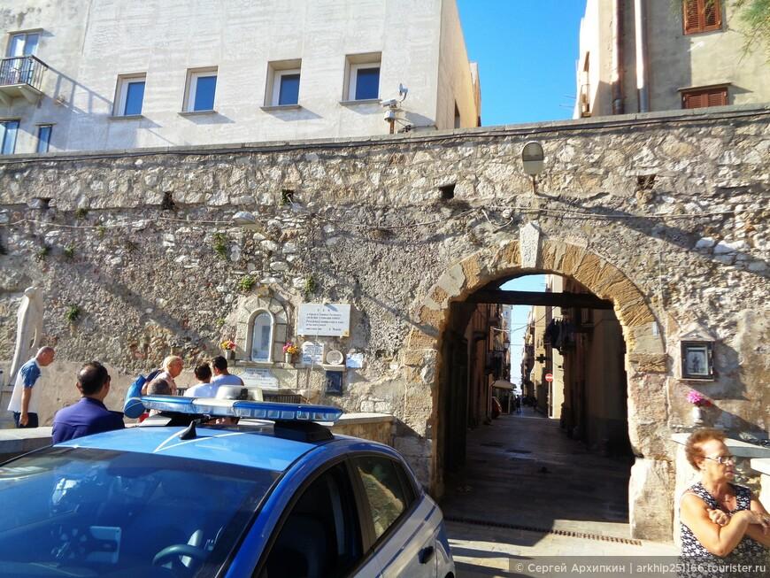 Небольшая крепостная стена отделяет средневековый центр города от набережной и моря.