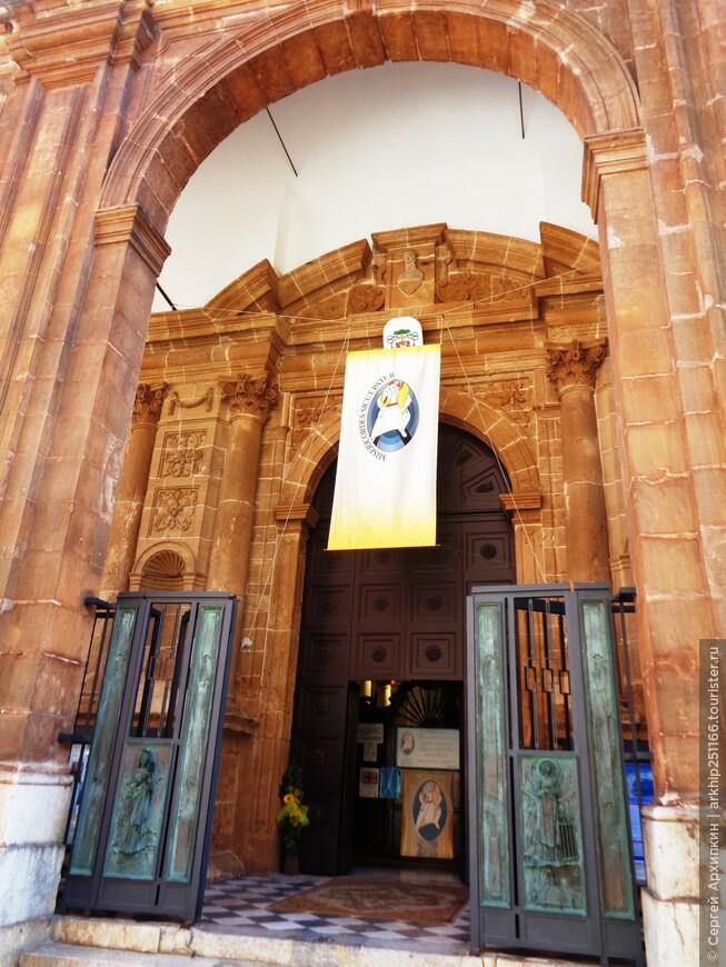 Вход в Кафедральный собор Сан Лоренцо (15 век)